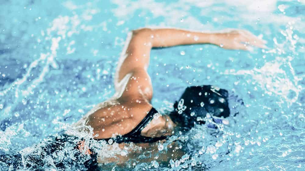 Adulto aprendiendo a nadar a estilo croll