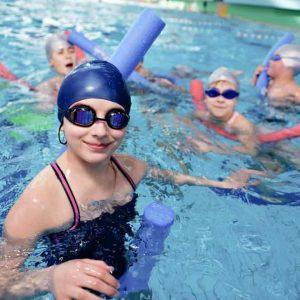 Grupo de niños jugando y nadando en la piscina de Hydra Pamplona