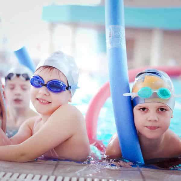 Niños aprendiendo a nadar en la piscina de Hydra Pamplona