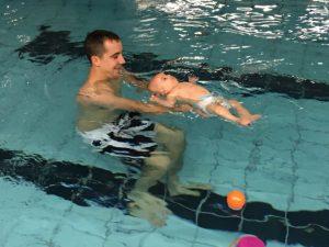 Primeros movimientos de un bebe en la piscina
