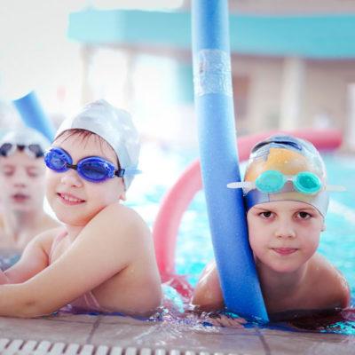 Clase de natación niños